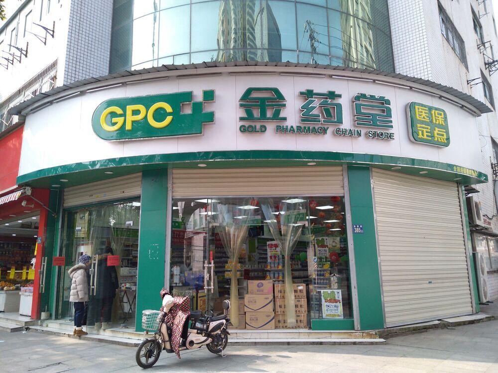 Cliente perto de uma loja em Wuhan, China