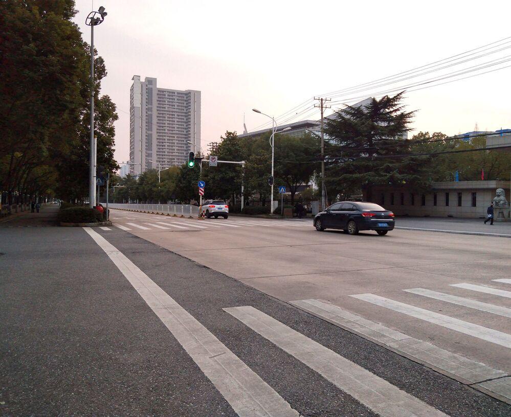 Mais uma rua deserta na cidade de Wuhan, na província Hubei