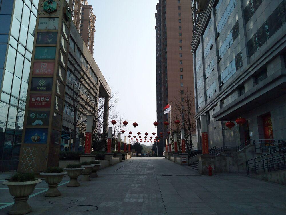 Rua sem gente na cidade de Wuhan, China