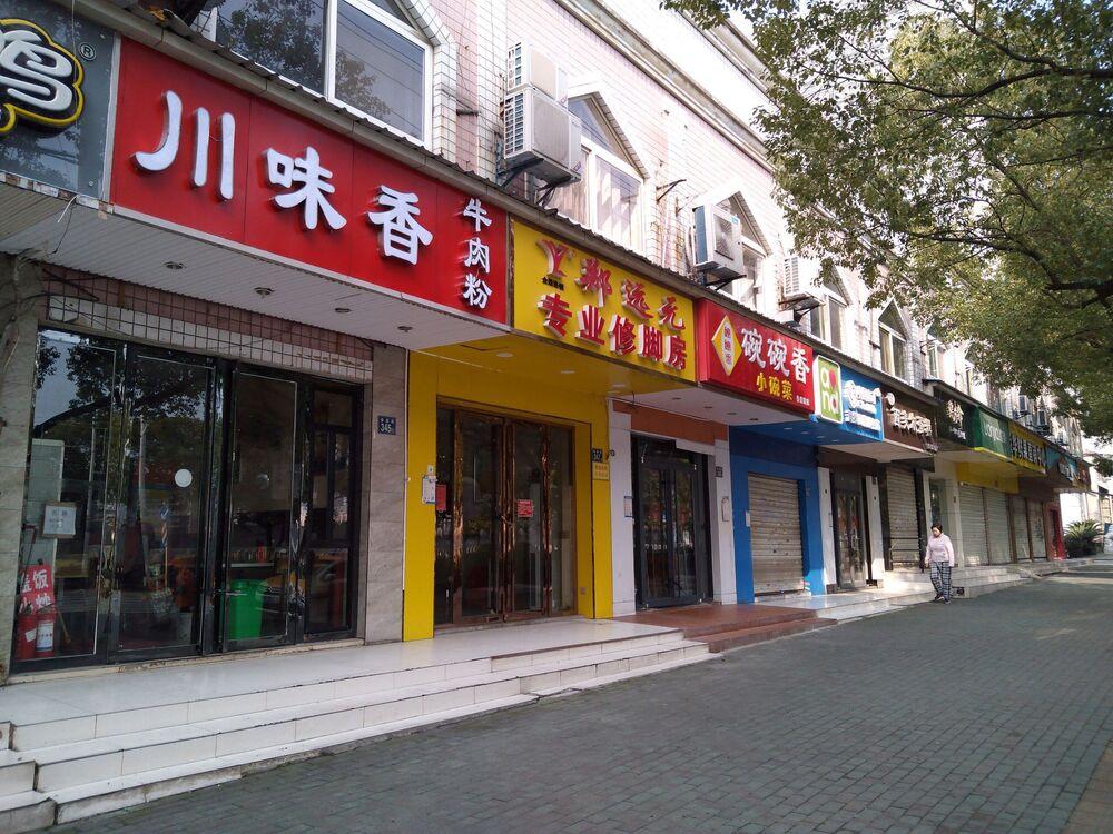Lojas fechadas na cidade de Wuhan, China