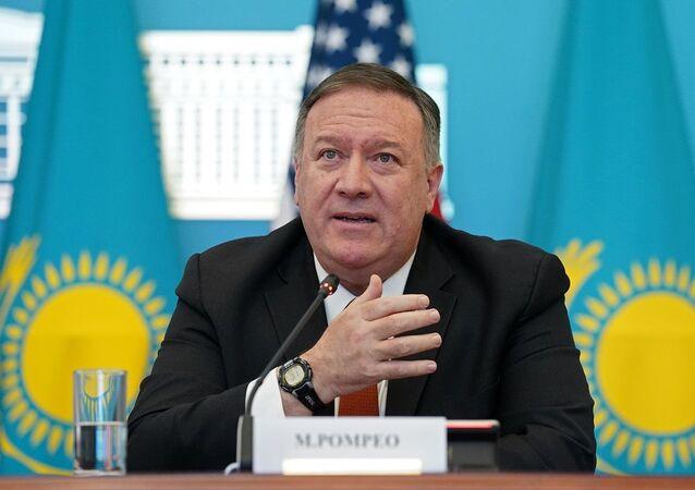 Secretário de Estado americano, Mike Pompeo, falando em conferência de imprensa em visita ao Cazaquistão