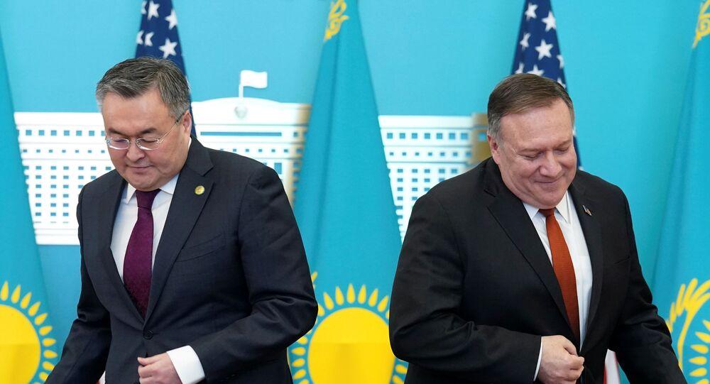 Secretário de Estado dos EUA, Mike Pompeo, em conferência de imprensa com seu homólogo cazaque, Mukhtar Tleuberdi, em Nursultan, em 2 de fevereiro de 2020