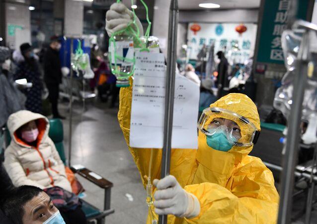 Funcionário hospitalar protegido aplica medicamento em hospital em meio a surto do novo coronavírus em Wuhan, província de Hubei, China, 3 de fevereiro de 2020