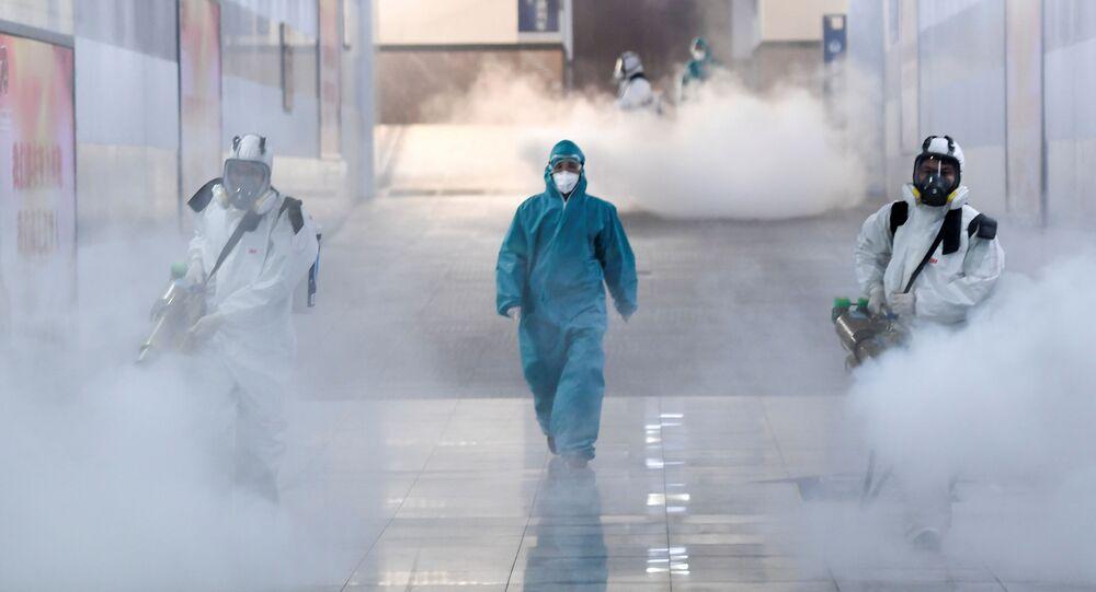 Voluntários desinfectam estação ferroviária em meio a surto do novo coronavírus, em Changsha, província de Hunan, China, 4 de fevereiro de 2020
