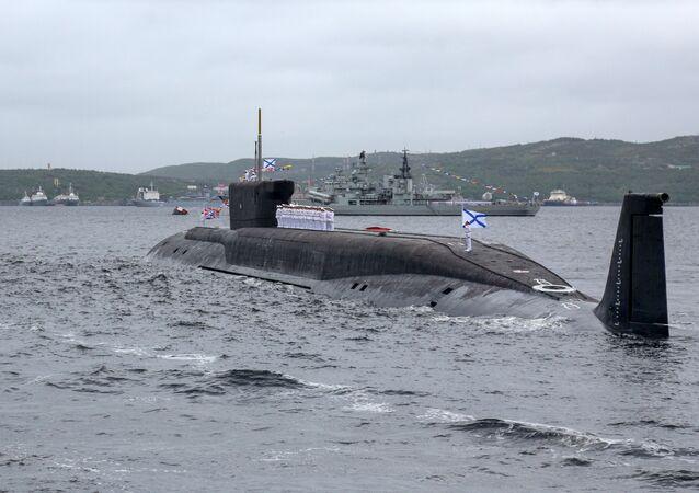 Submarino russo Yuri Dolgoruky durante celebração naval em Severomorsk (foto de arquivo)