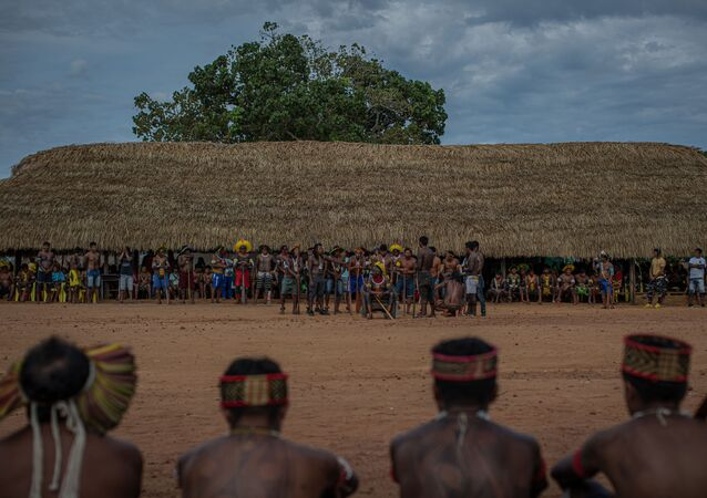 Com Raoni, líder indígena caiapó, no centro, encerramento do encontro de lideranças indígenas do Brasil, na aldeia de Piaraçu, às margens do rio Xingu, em São José do Xingu, no Mato Grosso.