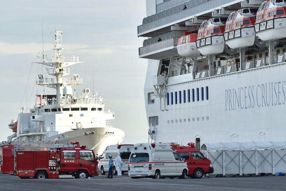 Barcos de apoio se aproximam do navio de cruzeiro Diamond Princess, onde 61 casos de coronavírus foram confirmados, de acordo com o Ministério da Saúde do Japão, em 7 de fevereiro de 2020