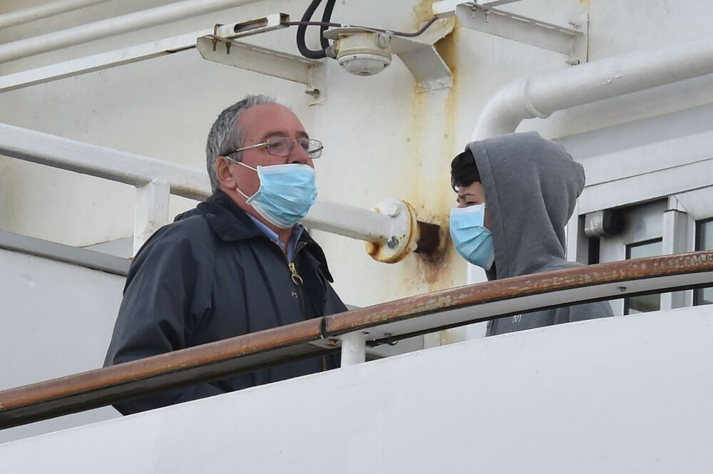 Passageiros usam máscaras de proteção no deque do navio de cruzeiro Diamond Princess, em 7 de fevereiro de 2020