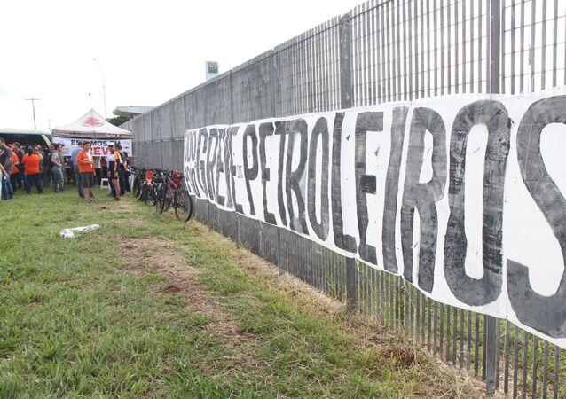etroleiros em greve realizaram um ato em frente a Refinaria Replan em Paulínia, interior de São Paulo, na manhã desta sexta-feira (07). Os grevistas são contra as demissões e retiradas de direitos.