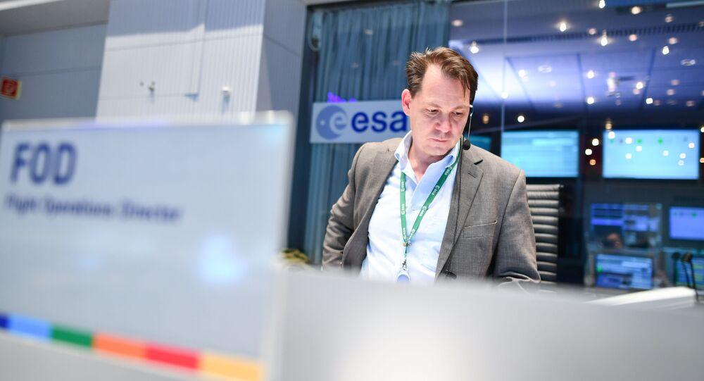 Funcionário no centro de controle da Agência Espacial Europeia (ESA, na sigla em inglês) em Darmstadt, Alemanha