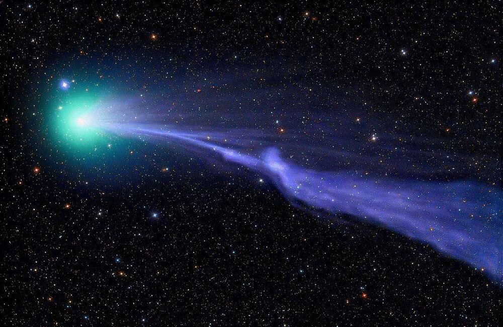 A foto de Michael Jaeger C2014 Q2 Lovejoy. Cometa Lovejoy navega através do sistema solar em uma névoa verde.
