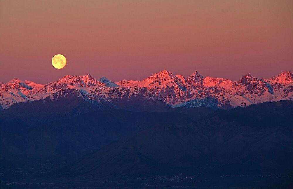 A foto de Stefano De Rosa Lua cheia sobre os Alpes.