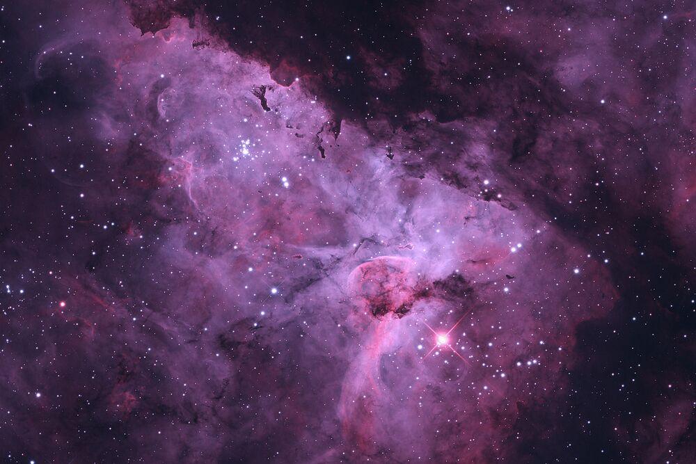 A foto de Terry Robison A Nebulosa Carina (também conhecida como a Grande Nebulosa de Carina, a Nebulosa Eta Carinae, NGC 3372, bem como a Grande Nebulosa) é uma brilhante nebulosa que tem dentro de seus limites vários aglomerados abertos de estrelas relativos.