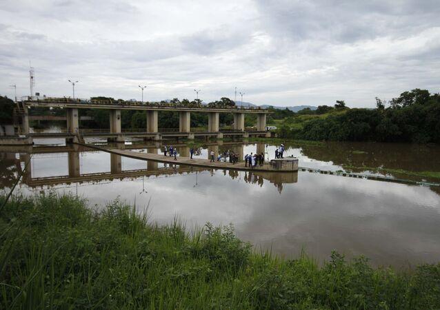 Agentes da CEDAE vistoriando o rio Guandu, em Seropédica, Região Metropolitana do Rio de Janeiro, em 4 de fevereiro de 2020
