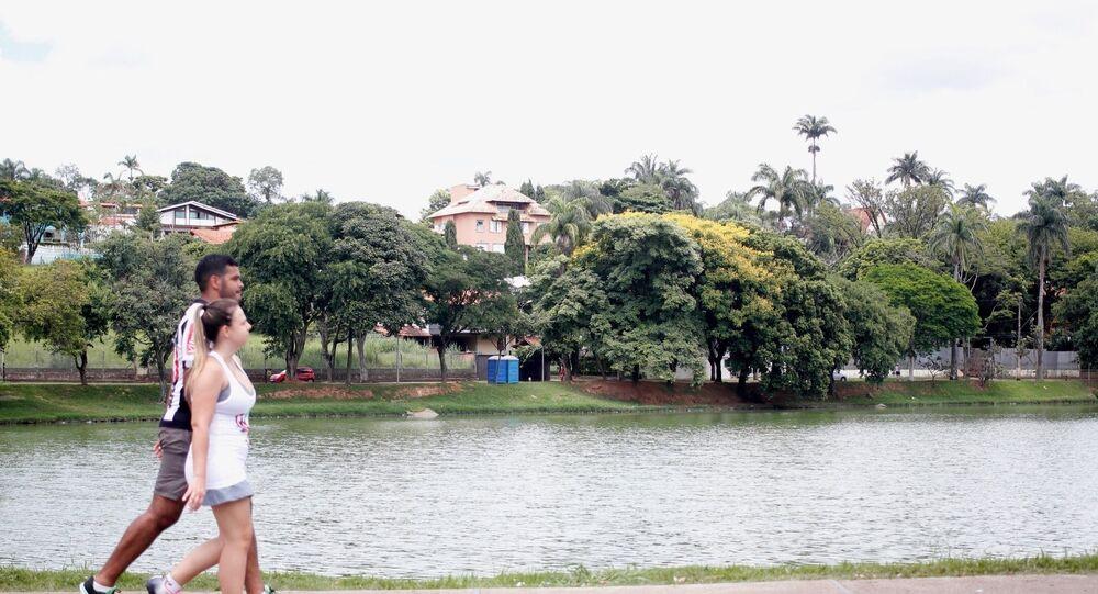 Casal passeia na Lagoa da Pampulha, em Belo Horizonte, Minas Gerais.