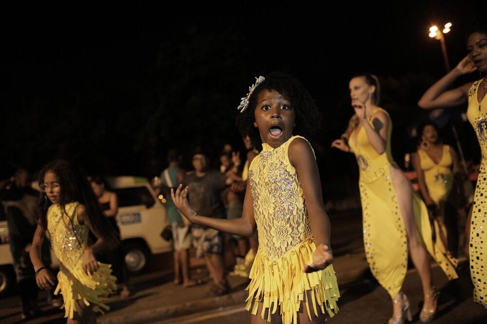 Pessoas participando do ensaio da escola de samba Paraíso do Tuiuti, no Rio de Janeiro, Brasil, em 27 de janeiro de 2020