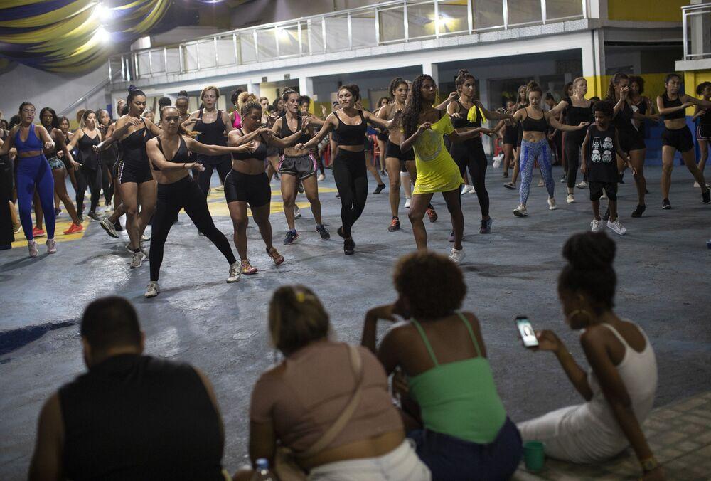 Artistas da escola de samba Paraíso do Tuiuti ensaiam no Rio de Janeiro, Brasil