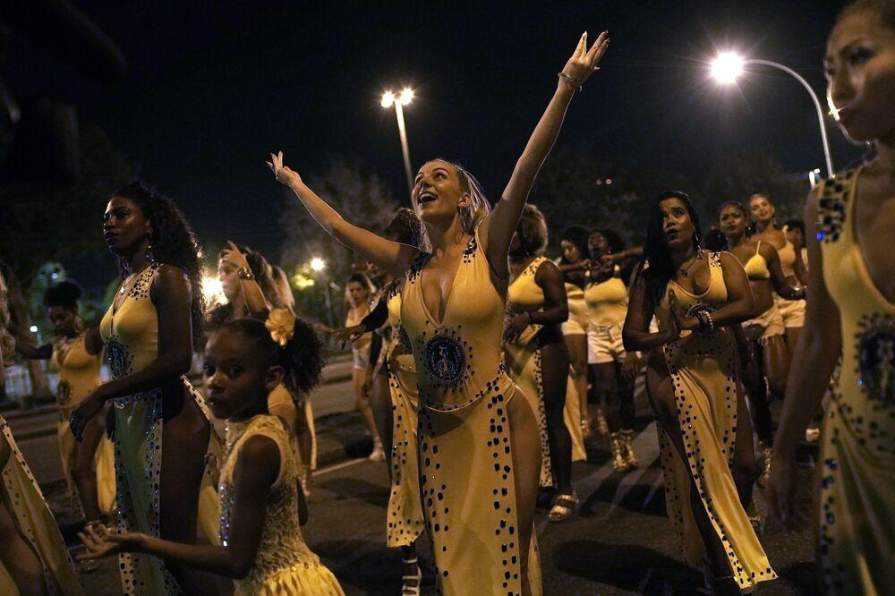 Dançarinos participam de ensaio da escola de samba Paraíso do Tuiuti no Rio de Janeiro, Brasil