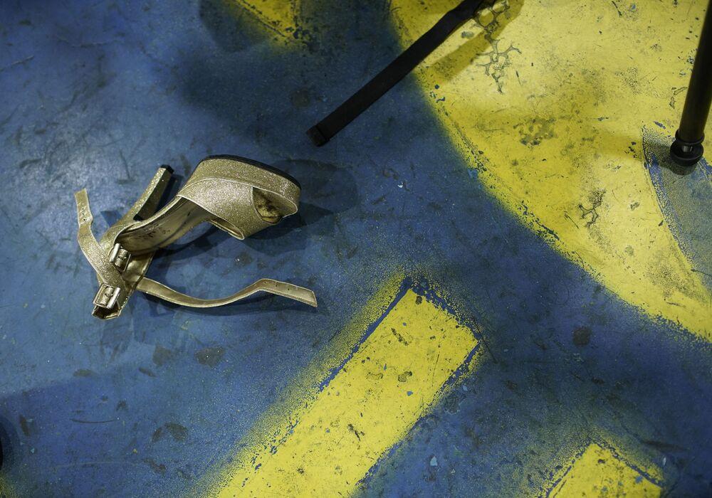 Sandália no chão antes do início do ensaio da escola de samba Paraíso do Tuiuti, no Rio de Janeiro, Brasil