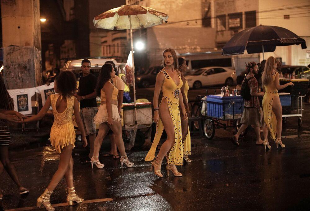 Natasha Kovalenko, da Rússia, caminha para o ensaio de rua da escola de samba Paraíso do Tuiuti, no Rio de Janeiro, Brasil