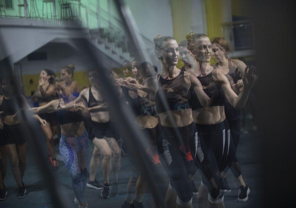 Artistas ensaiam na escola de samba Paraíso do Tuiuti, no Rio de Janeiro, Brasil, em 15 de janeiro de 2020
