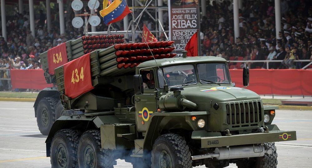 Veículo lançador de foguetes de fabricação das Forças Armadas da Venezuela em parada em Caracas, capital do país (foto de arquivo)