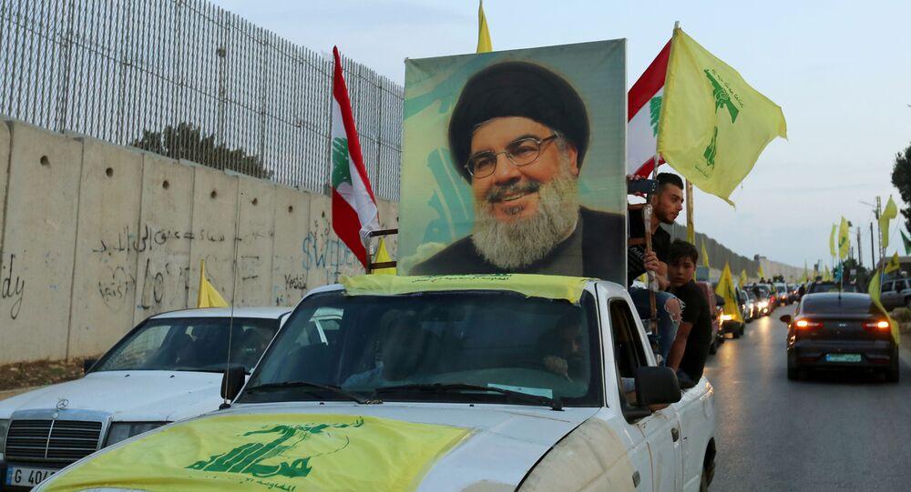 Apoiadores do líder do Hezbollah, Hassam Nasrallah, em um veículo adornado com fotos dele e do movimento, no Líbano, em outubro de 2019