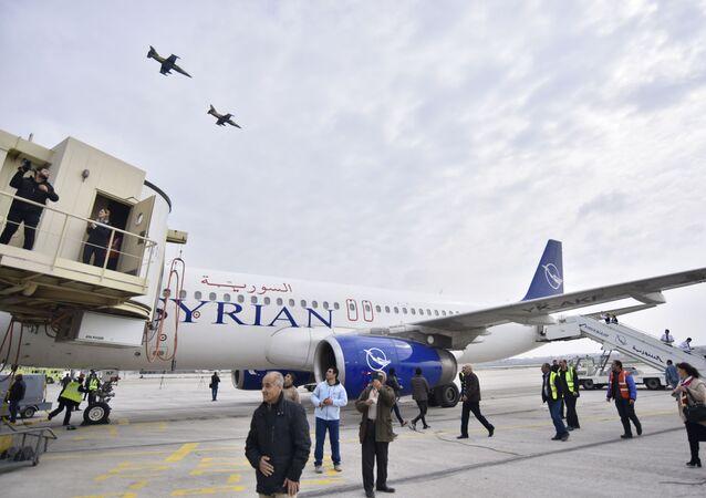 Avião das Linhas Aéreas Sírias estacionado no aeroporto de Aleppo, Síria