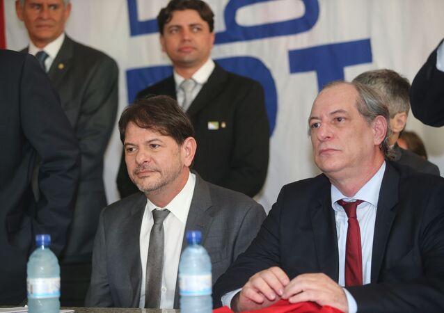 Cid Gomes ao lado de seu irmão, Ciro Gomes, em foto de novembro de 2015