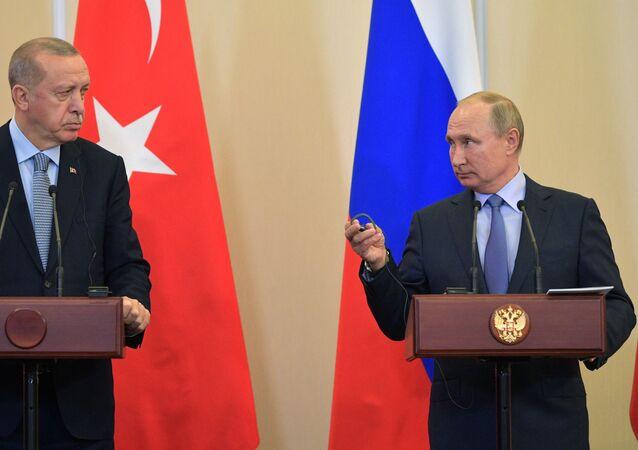 Presidente da Turquia, Recep Tayyip Erdogan (à esquerda) e o presidente da Rússia, Vladimir Putin, em conferência de imprensa após encontro em outubro de 2019