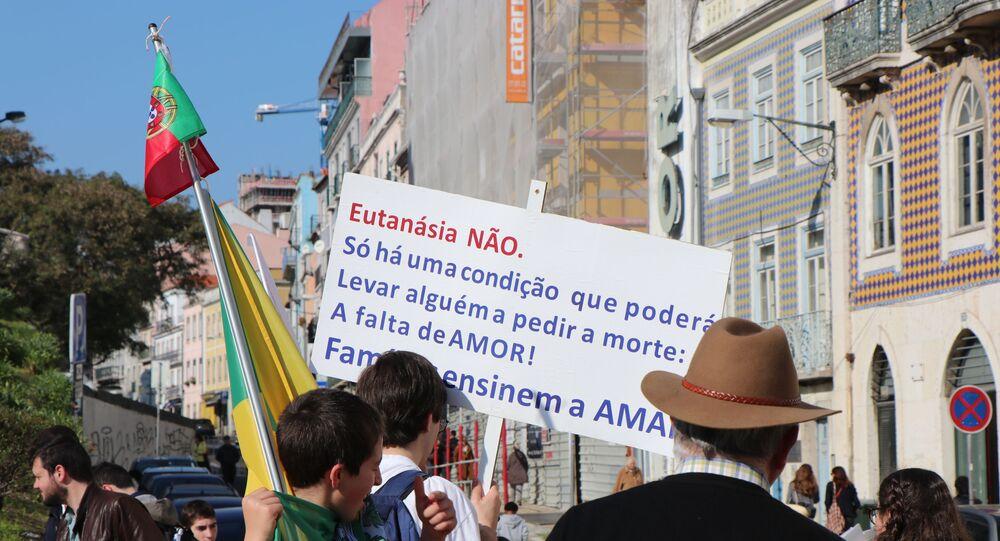 Manifestantes contra a descriminalização da eutanásia se manifestam na frente do Parlamento de Portugal antes da votação