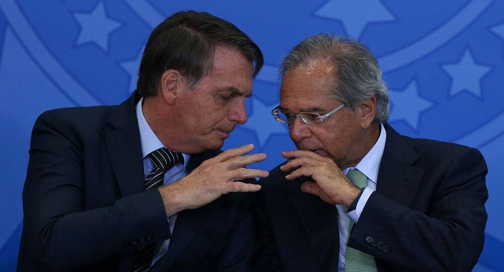 Presidente Jair Bolsonaro ao lado do ministro Paulo Guedes (Economia)  durante cerimônia de lançamento do programa de taxa fixa no crédito imobiliário da Caixa, no Palácio do Planalto