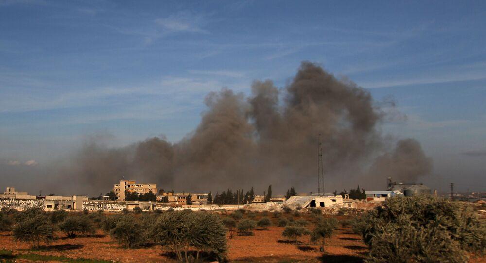Fumaça sube após ataque aéreo relatado perto de ponto de observação militar turco na cidade síria de Idlib, 20 de fevereiro de 2020