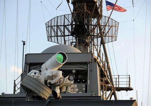 Sistema de Armas a Laser (LaWS) é testado a bordo do navio anfíbio USS Ponce em uma demonstração operacional durante sua implantação no golfo do México