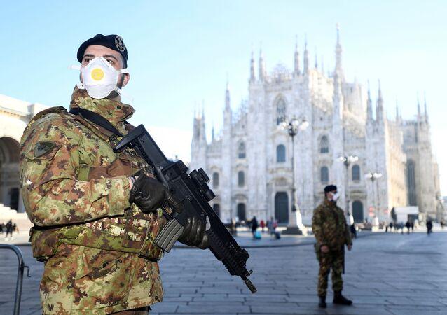 Policiais usam máscaras em frente à catedral italiana de Milão, o famoso Duomo