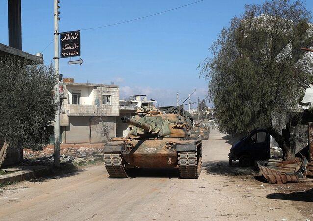 Tanques turcos na cidade síria de Sarmin, a 12 km de Idlib (foto de arquivo)