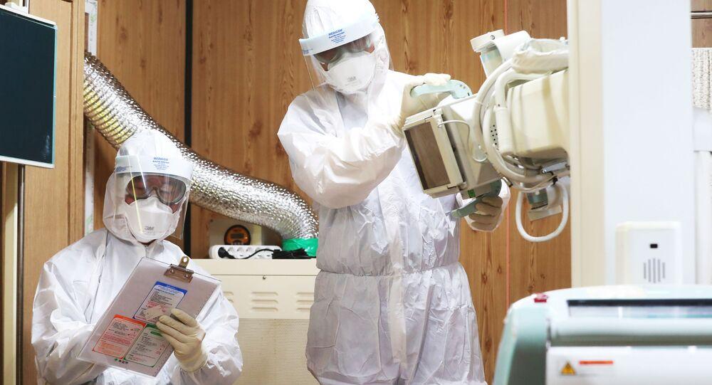 Médicos verificam uma sala de exames improvisada para possíveis doentes infectados pelo novo coronavírus em um hospital em Suwon, Coreia do Sul, 29 de janeiro de 2020