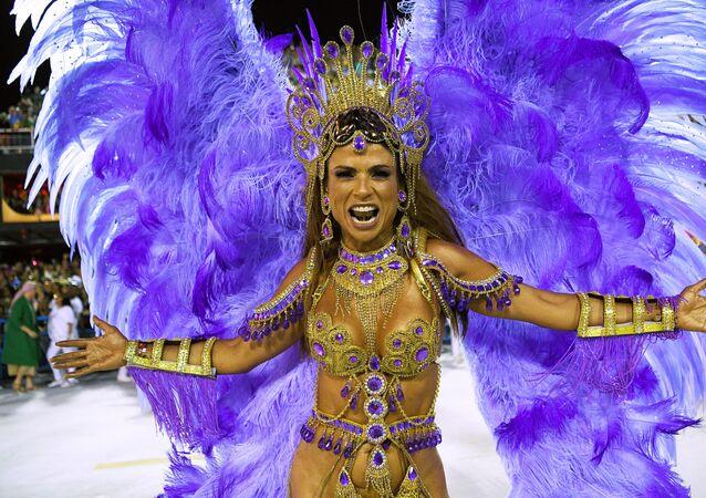 Dançarina da escola de samba da Mangueira durante o Carnaval carioca