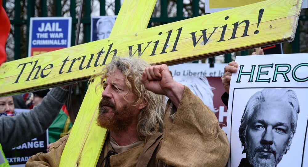Manifestantes em ato pró-Assange, contra sua extradição do Reino Unido aos Estados Unidos