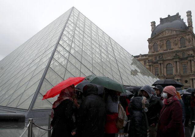 Turistas fazem fila na frente do Museu do Louvre, em 1º de março de 2020