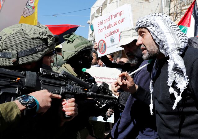 Manifestantes palestinos discutem com forças israelenses durante protesto na Cisjordânia, em 28 de fevereiro de 2020