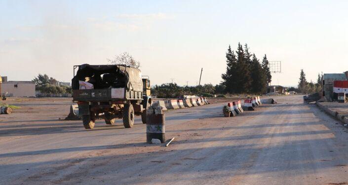 Uma estrada na cidade síria de Saraqeb.