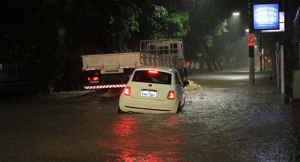 Chuva intensa provoca alagamento na cidade de Santos