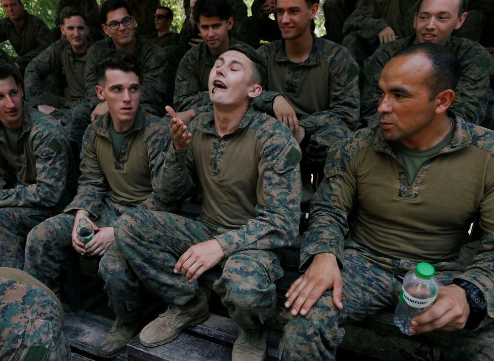 Soldado come escorpião em meio ao exercício militar multinacional Cobra Gold