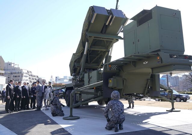Vice-presidente norte-americano Mike Pence inspeciona sistema PAC-3 interceptador de mísseis
