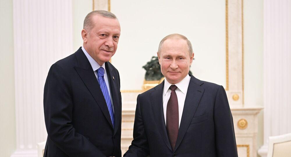 Presidente da Rússia, Vladimir Putin (à direita), recebe seu homólogo turco, Recep Tayyip Erdogan, em Moscou, em 5 de março de 2020