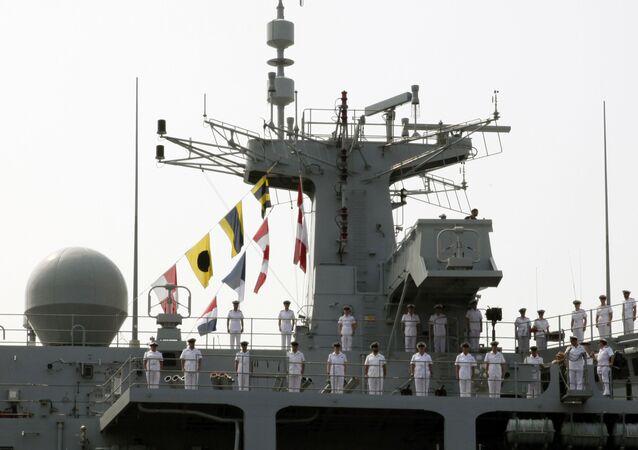 Marinheiros da Marinha Real do Reinto Unido  a bordo do navio HMS Albion