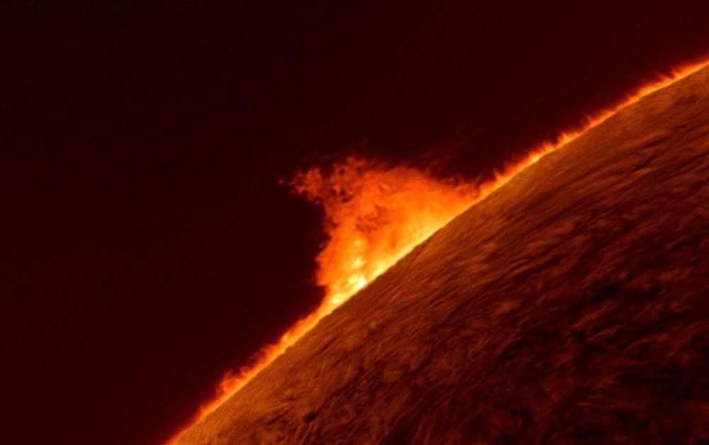 A foto de Gary Palmer Proeminência solar. Proeminências solares são estruturas enormes e brilhantes que se destacam da superfície do Sol, geralmente em forma de laço.