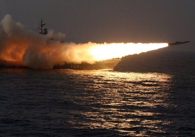 Míssil hipersônico Moskit lançado de um navio durante os exercícios (foto de arquivo)
