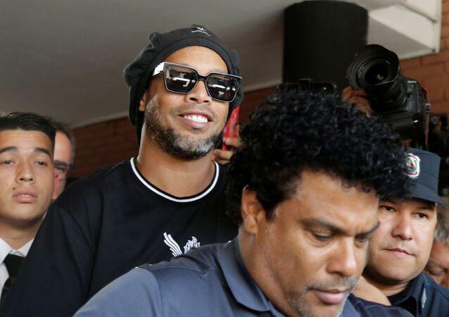 Ronaldinho Gaúcho deixa o edifício do Ministério Público do PaRonaldinho Gaúcho deixa edifício do Ministério Público do Paraguai após prestar depoimento, em 5 de março de 2020raguai após prestar depoimento, em 5 de março de 2020